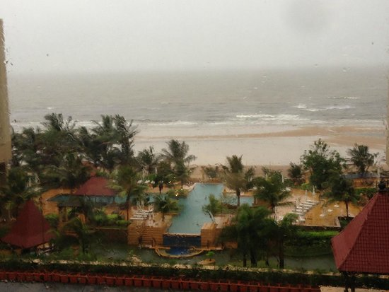 JW Marriott Mumbai Juhu: View of the beach from the hotel room during Monsoons