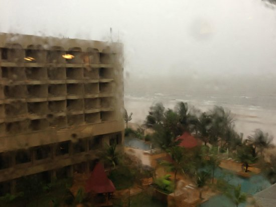 JW Marriott Mumbai Juhu : View of the beach from the hotel room during Monsoons