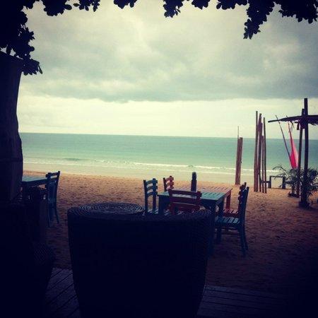 Fair House Beach Resort & Hotel : пасмурный пляж - вид из бара