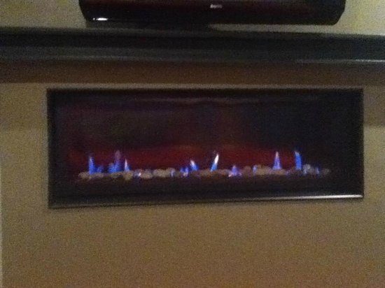 Belamere Suites: Gas fireplace in bedroom