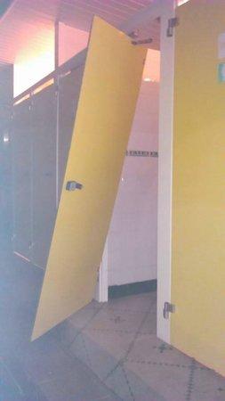 Le Vieux Moulin: porte des toilettes
