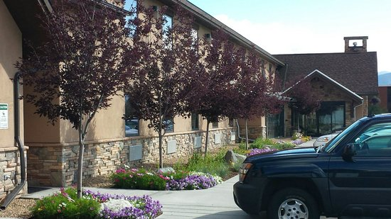 Alpine Inn : Nice flowers in front of the hotel.