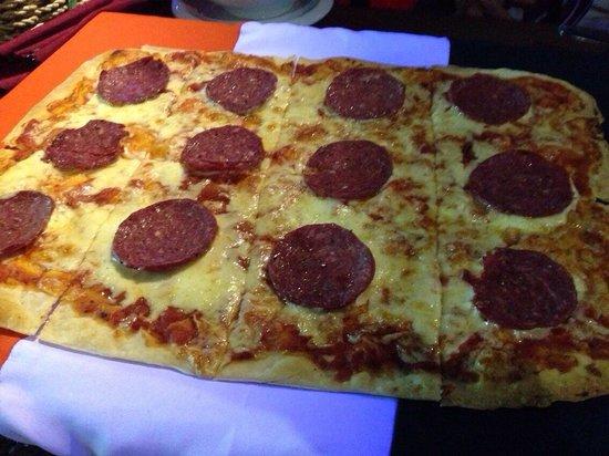 Howzat Sports Bar: Howzatのピザ、デカイです。