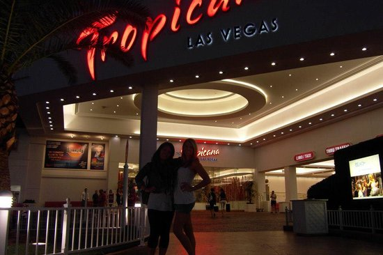 Tropicana Las Vegas - A DoubleTree by Hilton Hotel: kinda dark but this was my first night!