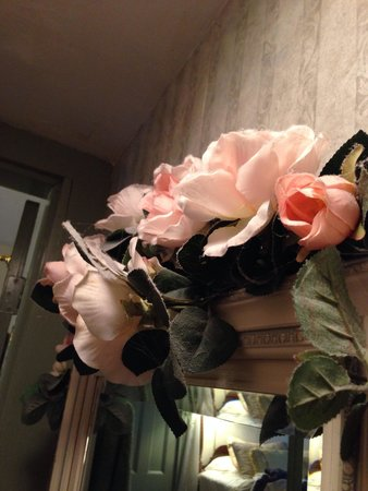 Inn at Tanglewood Hall : Dusty, fake flowers in room #2