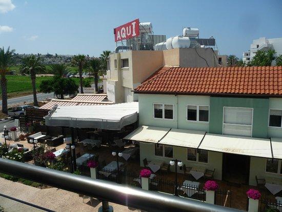 Helios Bay Hotel: Соседний ресторан