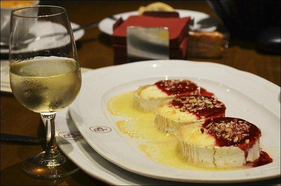 Blanca Paloma: Козий сыр под двумя соусами с фисташками