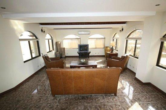 Hermosa Heights Villas: Living room