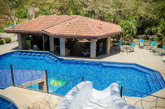 Hermosa Heights Villas: View of the pool and restaurant