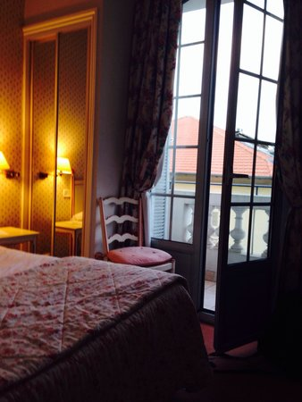 Hotel Le Grimaldi by HappyCulture: Nice bed and small balcony with street view