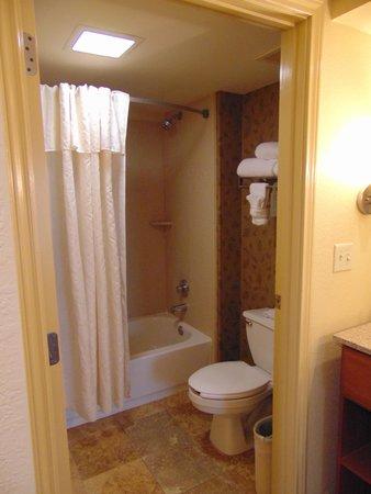 Homewood Suites by Hilton Phoenix - Biltmore: bathroom