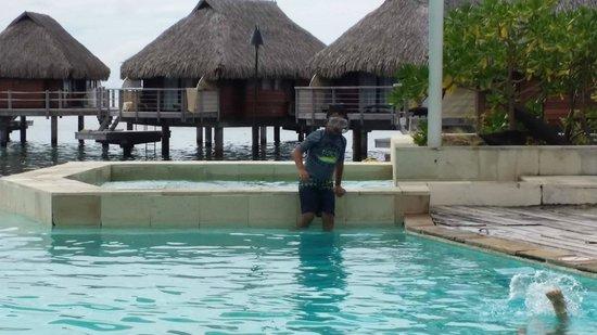 Moorea Pearl Resort & Spa : Mère et fils à la piscine