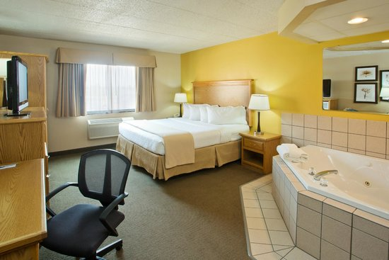 AmericInn Lodge & Suites Aberdeen — Event Center: king with whirlpool