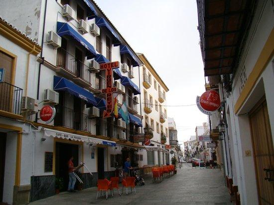 Hotel Virgen de los Reyes: Вид отеля с улицы рано утром