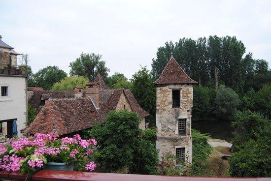 Église Saint-Pierre: l' entrée du village