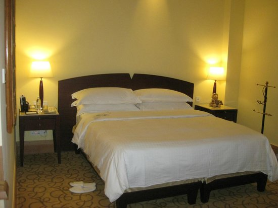 The Fullerton Hotel Singapore: Bed