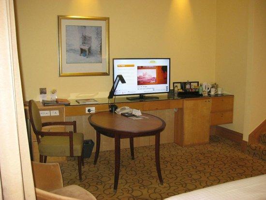 The Fullerton Hotel Singapore: Desk and mini bar