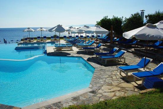 St. Nicolas Bay Resort Hotel & Villas: L'accés à la mer