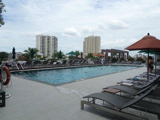 Royal Orchid Sheraton Hotel & Towers : Piscina vista fiume