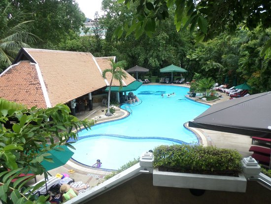 Royal Orchid Sheraton Hotel & Towers : Piscina immersa nel verde
