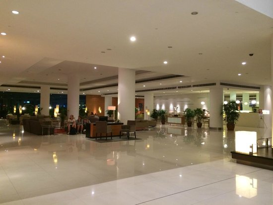 Pullman Kuching : Huge lobby - seems very cold and empty