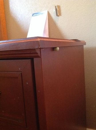 Days Inn - ST. Louis/Westport MO: someone else's gum. housekeeping??
