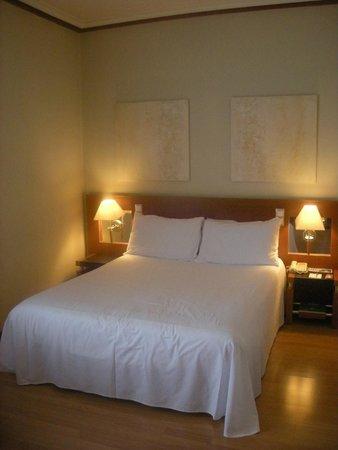 Tryp Madrid Plaza Espana Hotel : Vista habitación 5509, cama de matrimonio