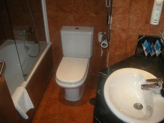 TRYP Madrid Plaza España: Baño de la habitación 5509