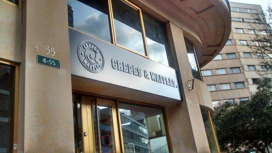 Crepes & Waffles: Visão da placa com nº do restaurante