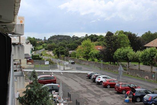 Arcea Hotel Las Brisas: Parte del aparcamiento desde la terraza