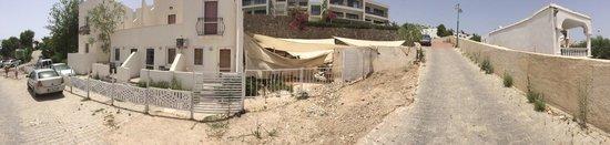 """Peda Gumbet Holiday Beach: Pierwsze 2 """"apartamenty"""" to nasze. Tuz za scianą, wylegarnia robactwa w śmieciach przykrytych ma"""