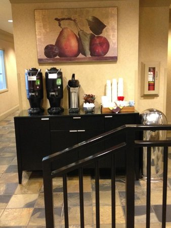 Silver Cloud Inn Seattle - Lake Union: Complimentary coffee and tea all day in the lobby
