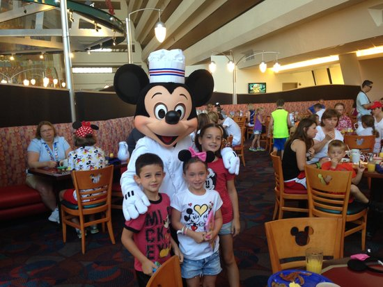 Chef Mickey's : Mickey poses with the kids at Chef Mickeys