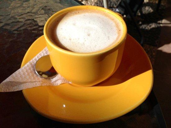Tulipan's Restaurant Bar: yummy latte