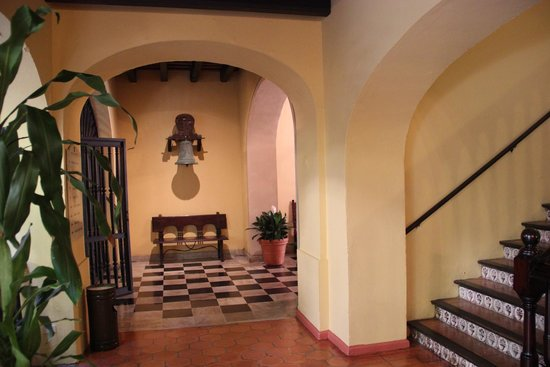 Hotel El Convento: Toward the lobby