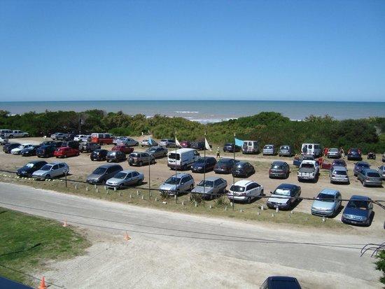 Apart Hotel Punta Verde : Vista desde la habitación: estacionamiento público y playa