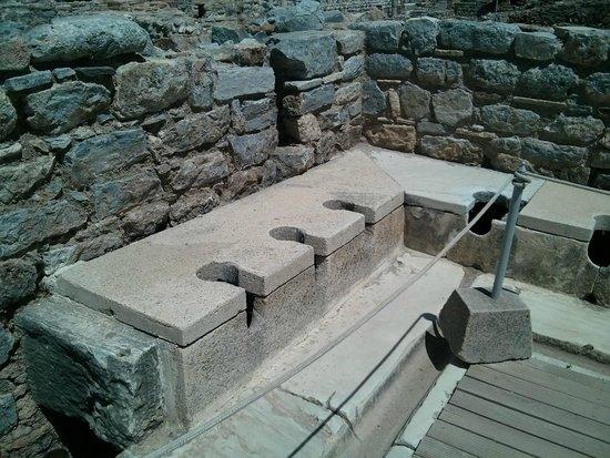 L字に並んでいるトイレ - Picture of Public Latrine, Selcuk - TripAdvisor