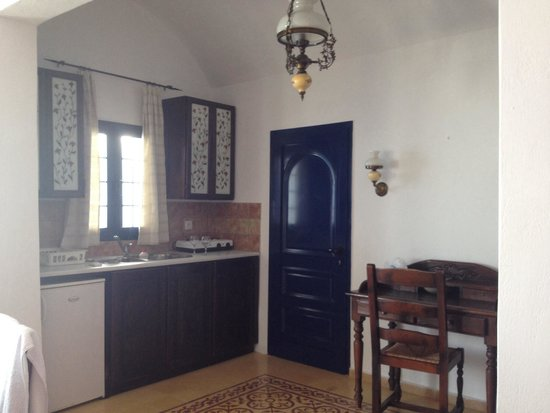 Agali Houses: Dining and kitchenette