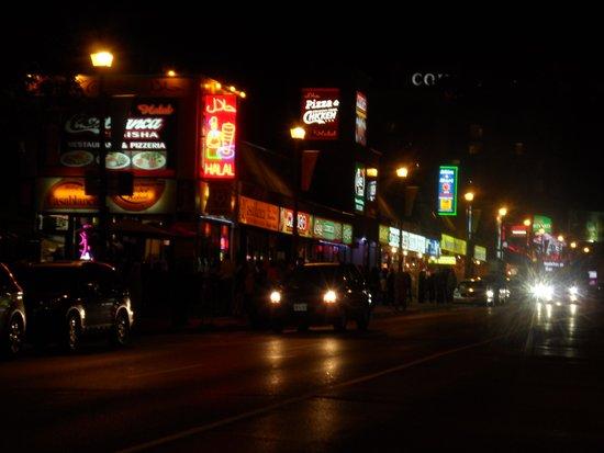 Howard Johnson Hotel by the Falls Niagara Falls: Clifton Hill at night