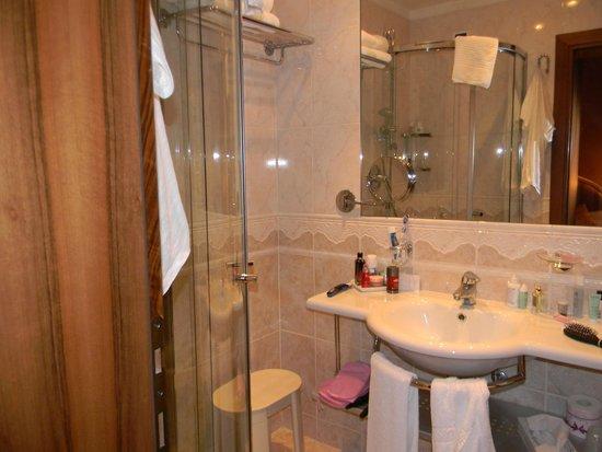 Hotel American Dinesen : salle de bain    produits de soins chaque jour.