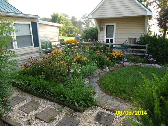Piney Hill Bed & Breakfast: Garden Area