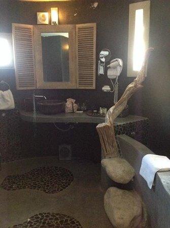 Hotel Ambassador Palombaggia : salle de bain originale