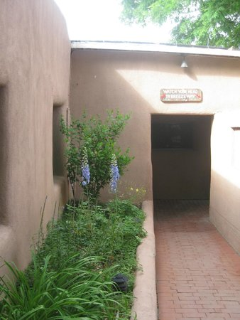 The Historic Taos Inn: Breezeway from courtyard to main hotel