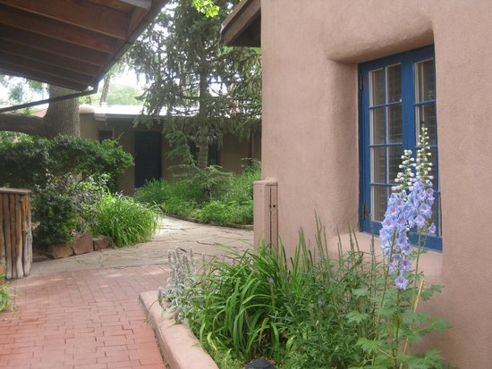The Historic Taos Inn: Entrance to the courtyard
