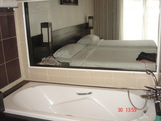 Deevana Plaza Phuket Patong : Прозрачная стена между комнатой и ванной