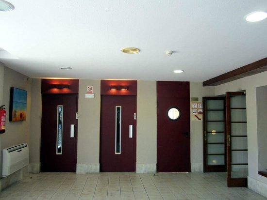 GHT Tossa Park Aparthotel : лифты возле зоны ресепшен