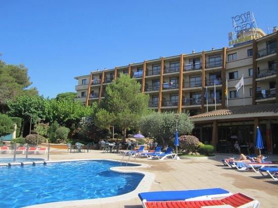 GHT Tossa Park Aparthotel: вид отеля со стороны бассейна