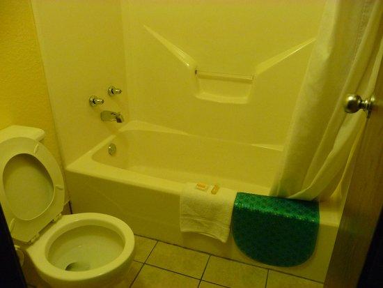 Days Inn Tucumcari: Bathroom.