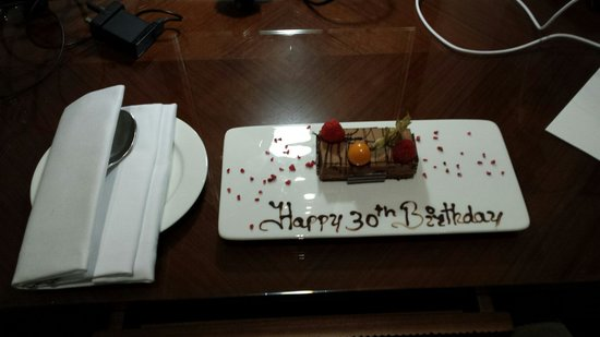 St. James' Court, A Taj Hotel: Lovely birthday cake left in our room for my fiancés 30th birthday