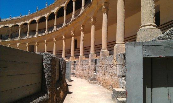 Plaza de Toros: Двойная галерея арок с тосканскими колоннами